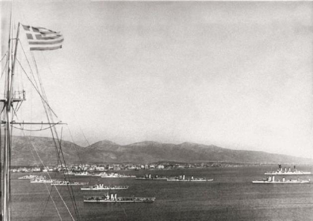 Ο Αβέρωφ – στην άκρη δεξιά – μαζί με άλλα πλοία του Στόλου, στο Φάληρο κατά τη διάρκεια κάποιας Ναυτικής Εβδομάδας. Η φωτογραφία έχει τραβηχτεί από το Ναυτικό Όμιλο, στην Καστέλα του Πειραιά. Η έλλειψη στέμματος στη σημαία σημαίνει ότι η φωτογράφηση έγινε πριν το 1935. (Φωτογραφικό αρχείο Θ/Κ Αβέρωφ).