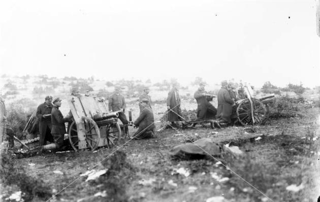 Εικόνα 8: Ελληνικά Σνάιντερ-Δαγκλής στην Μικρά Ασία. Τα ελληνικά πυροβόλα δεν έφεραν το χαρακτηριστικό ασπίδιο των υπολοίπων, αλλά ένα επίπεδο.  Πηγή: Αρχείο ΕΡΤ