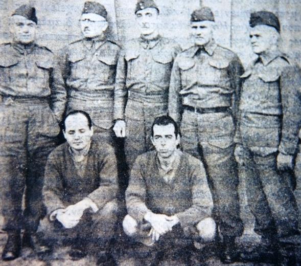 """Οι στρατηγοί Γ. Κοσμάς (Α΄ΣΣ), Κ. Μπακόπουλος (Τ.Σ.Α.Μ.), Αλ. Παπάγος (Αρχιστράτηγος), Ιω. Πιτσίκας (Τ.Σ.Η.), και Παν. Δέδες (Ομάδα Μεραρχιών), και οι στρατιώτες Νικ. Γρίβας και Βασ. Δημητρίου, αιχμάλωτοι στο Νταχάου. Μεταφέρθηκαν εκεί εξ αιτίας της ίδρυσης και συμμετοχής στην αντιστασιακή οργάνωση """"Στρατιωτική Ιεραρχία"""". (Πηγή: www.palmografos.gr)"""